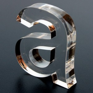 A en acrilico transparente