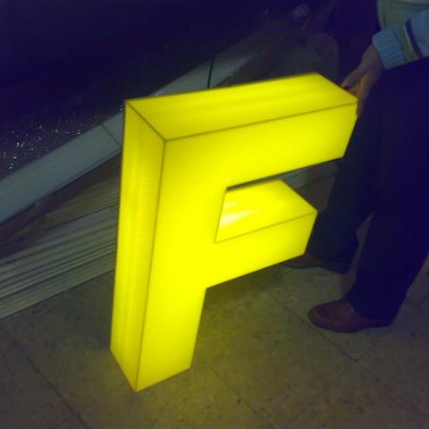 """acrilico """"f"""" con luz"""